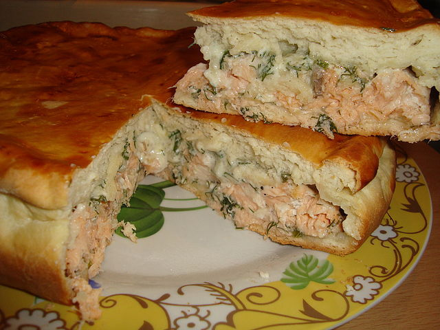 Пирог с рыбой и капустой из слоеного теста с фото