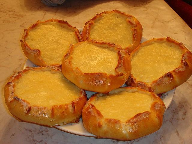 Пирог из сдобного теста с творогом рецепт